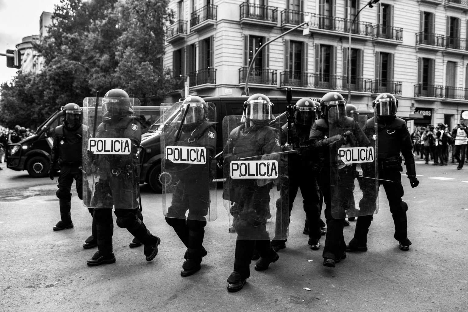 Police officers walk through the crowd in Urquinaona Square at the start of the demonstration and remove the demonstrators with their batons and shields on Saturday, October 19 in Barcelona.