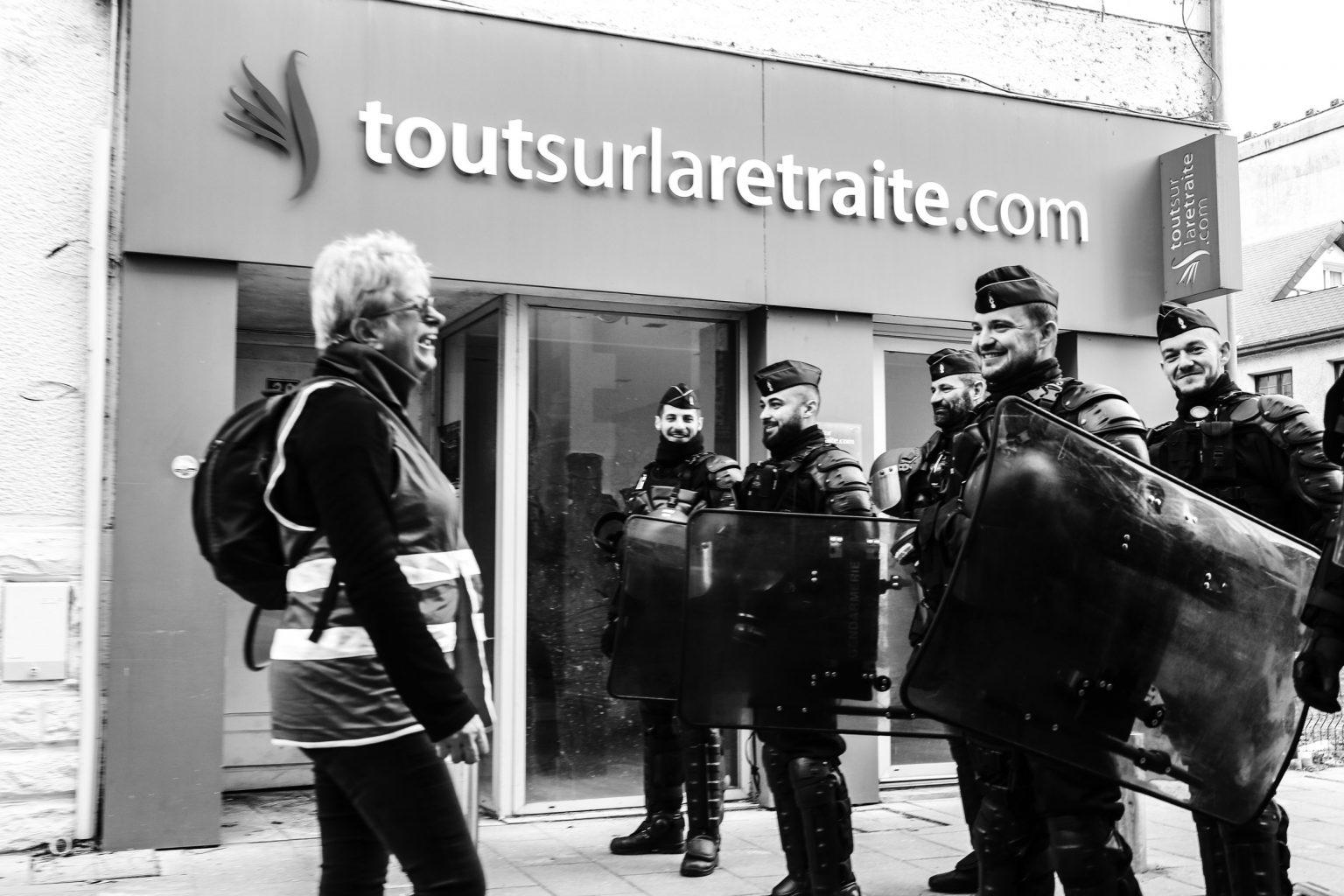 At the end of the morning while E. Macron is in Pau, firefighters, yellow jackets and trade unionists joined together to protest against the pension reform while Macron was in the city the day before for the G5 Sahel. Pau, 14 January 2020. Fin de matinee alors que E. Macron est a Pau, des manifestants pompier, gilets jaunes et syndicalistes se sont rejoint pour protester contre la reforme des retraites alors que Macron etait dans la ville la veille pour le G5 Sahel. Pau, le 14 janvier 2020.