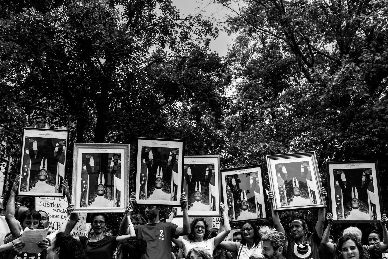 Bayonne, le 25 Août 2019, Marche des portraits d'Emmanuel Macron dans Bayonne, conférence de presse avec les 7 portraits décrochés dans des mairies.