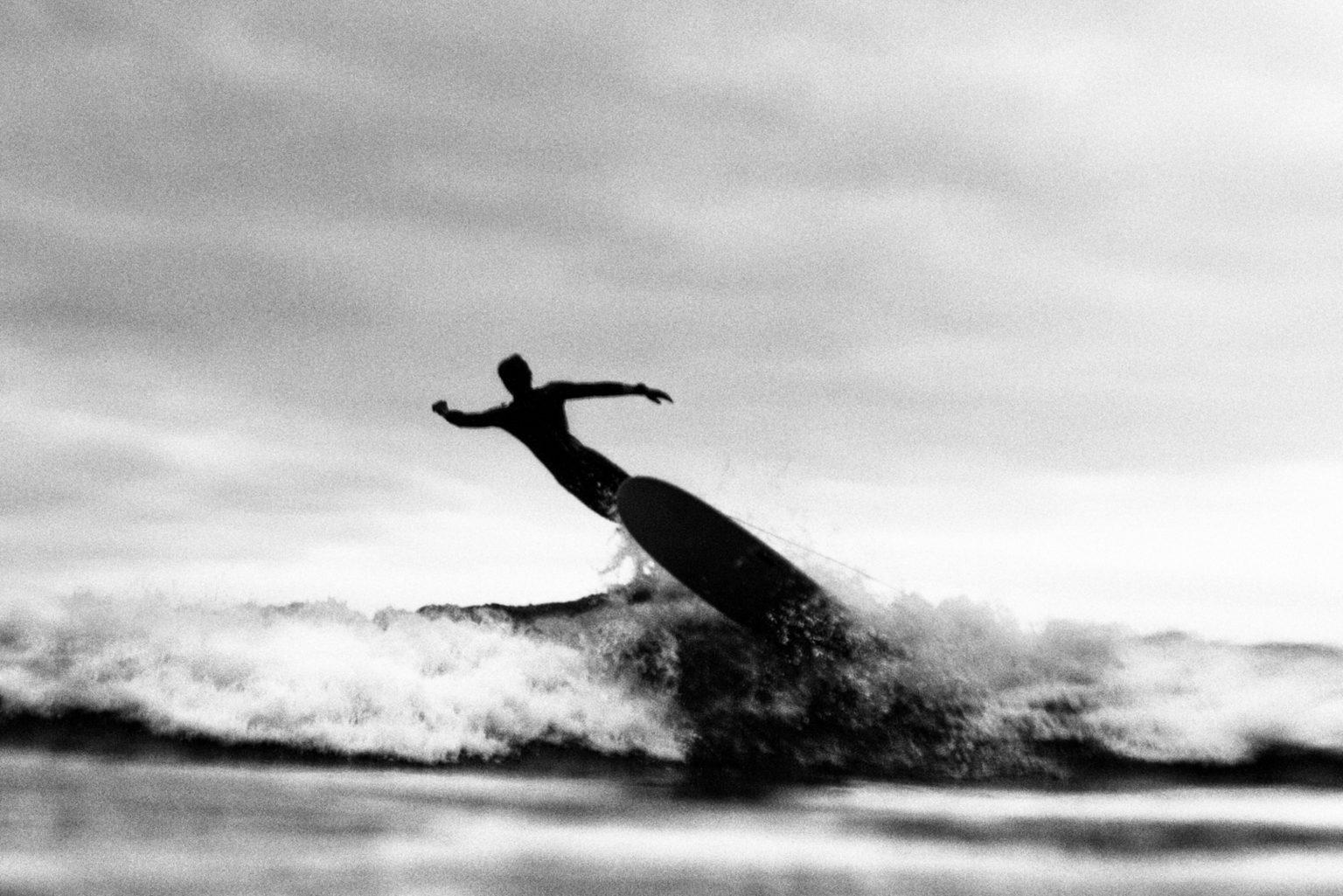 Un surfeur semble sortir de sa plache tel l'homme cannon